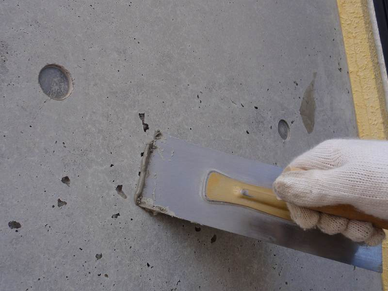 熊本市西区で打ちっ放しの塗装をクリアー塗料で行っています。