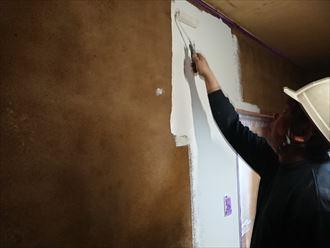 足立区千住東で浸透プライマーでガッチリ固まった土壁に室内塗装を実施