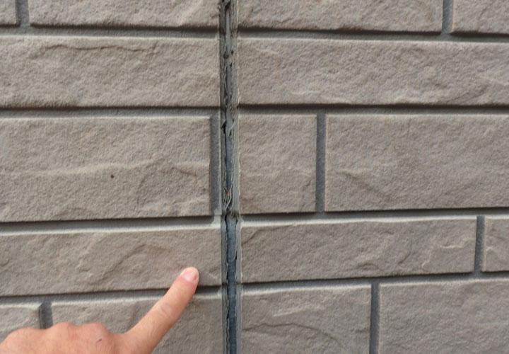 港区白金台にて外壁塗装を検討したお客様邸の調査では目地の劣化や軒天の破損が見られました