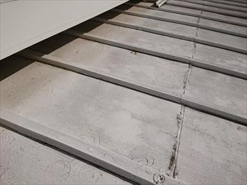 小平市栄町で塗膜が剥がれている金属屋根を塗装工事でメンテナンスします