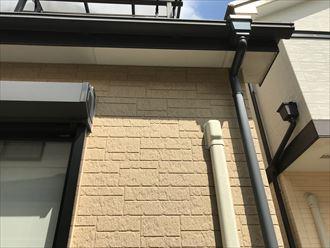 江戸川区新堀で外壁塗装工事のご相談、軒天の水染みの原因を調査