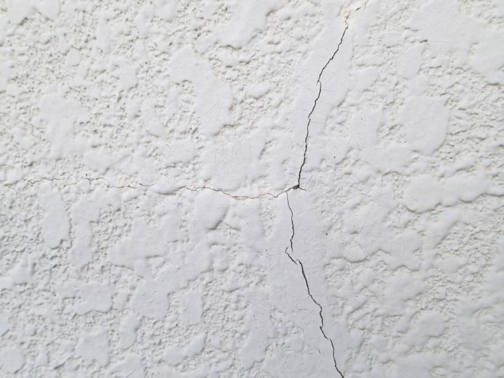 品川区東五反田にて外壁塗装前調査、築23年目になるモルタル外壁に多数のクラック、エラストコートによる塗装工事をご提案