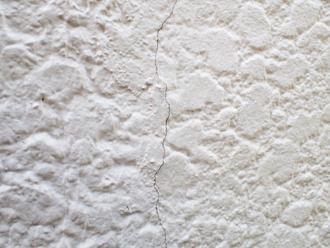 小金井市梶野町にて外壁塗装前調査、モルタル外壁には多数のクラックが発生していました