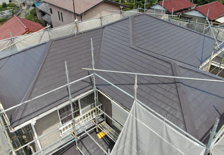 港区高輪で破損したスレートの補修と遮熱塗料のサーモアイSiを使用した屋根塗装で屋根に光沢が蘇りました