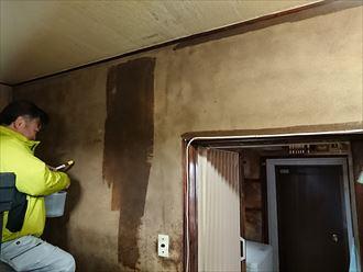 足立区千住東で室内の和室壁を塗装するため、がっちりプライマーで固めます