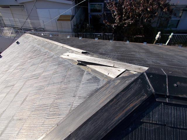 埼玉県朝霞市で台風19号による被害でアパートの棟板金が飛散