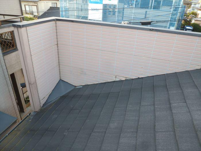 千葉市稲毛区にある店舗の外装リフォームで、看板取付部「パラペット」の劣化確認