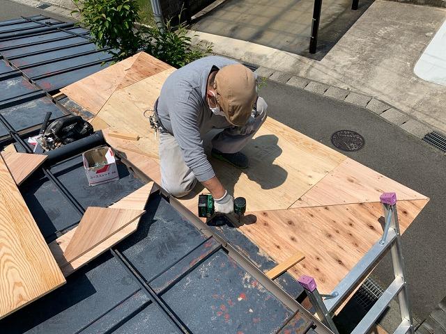 福島市野田町で玄関屋根葺き工事の木下地工事が始まりました